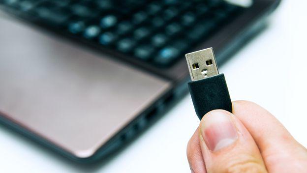 Verás algunas SOLUCIONES MUY EFICIENTES que puedes emplear a la hora de que te sale este molesto error: dispositivo USB NO RECONOCIDO.